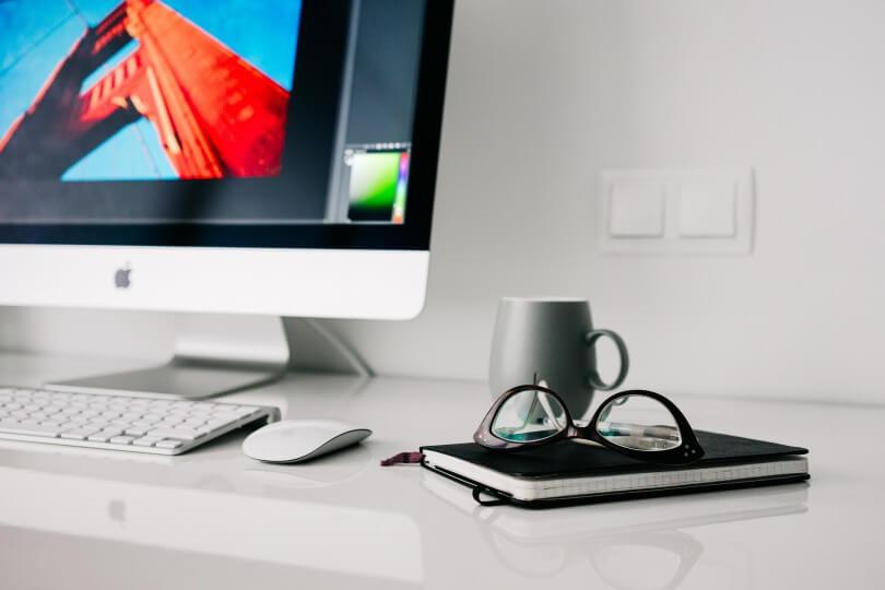 Stůl s monitorem