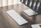 počítač a stůl
