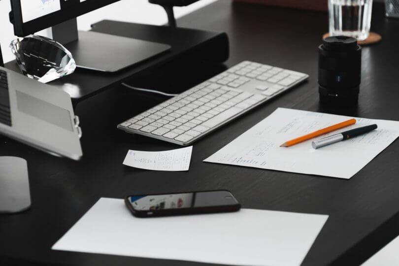 stůl s pc a wireframe